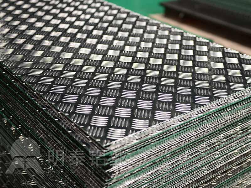5052防滑花纹铝板厂家_大五条筋花纹铝板价格多少钱一吨?